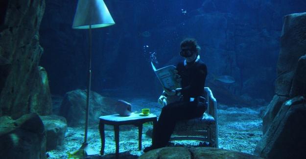İŞTE KADINLAR; Su altında yoga yaptı, kitap okudu