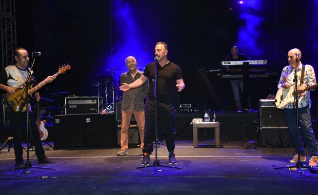 MFÖ konserinde Cem Yılmaz ele güne karşı