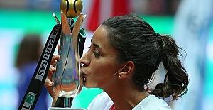 Teniste Kadınların Zaferi; Çağla Büyükakçay, İstanbul Cup Teklerde İlk Türk Şampiyon, İpek Mutlu çiftlerde Şampiyon Oldu