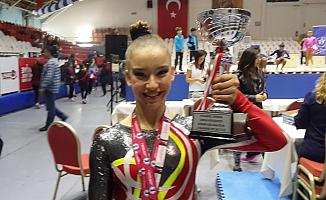 Milli Jimnastikçi Ayşe Begüm Onbaşı, Cimnastik Federasyon Kupası'nda 3 kupa birden kazandı