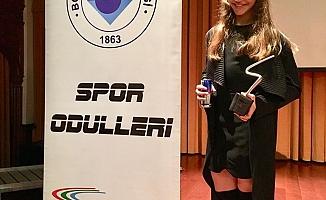 Yılın en iyi sporcusu ödülünü Ayşe Begüm Onbaşı kazandı