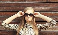 Kadınlar leopar desenli kıyafette çekimser